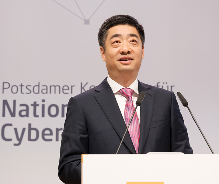 """Boss Huawei: America is creating """"Berlin wall"""" about technology - VnReview"""