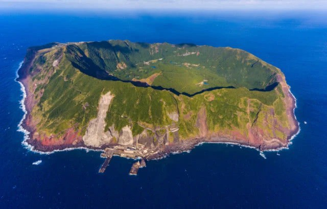 Japan: In the simmering crater, there is a heliport and 200 inhabitants - Photo 1.