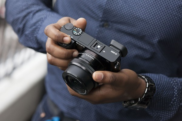 With superior image quality, excellent low-light shooting and familiar compact design, the Sony A6000 deserves to be the successor of the NEX-6.
