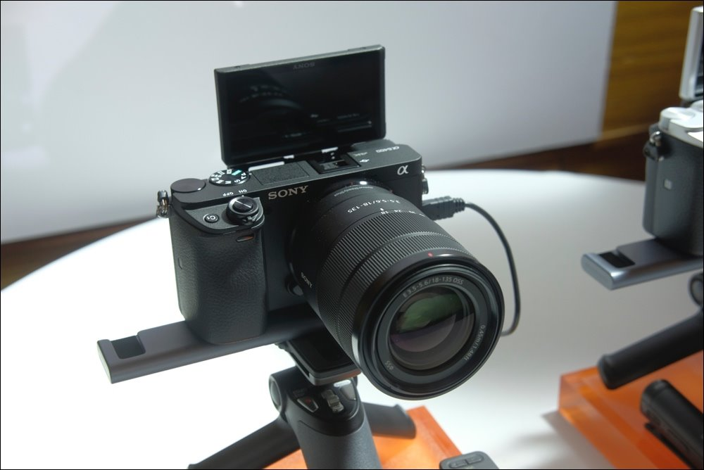 Sony α6400 camera with the world's fastest focusing speed, waterproof, priced at 25.99 million VND with kit kit