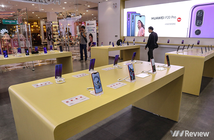 The impact of the ban Huawei has spread to Vietnam, cautious retailers see if they continue to import Huawei - VnReview smartphones