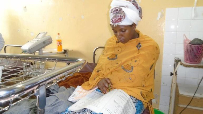 Studying mirror: Ethiopian mother finishes secondary school 30 minutes after giving birth in hospital - Photo 1.