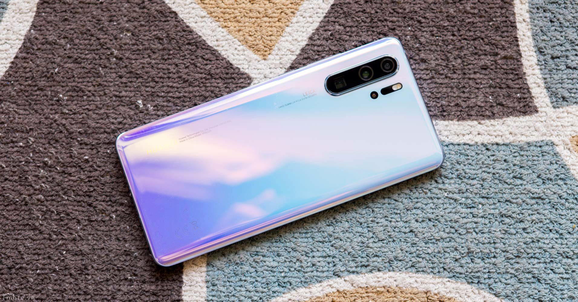 Huawei gets it wrong when placing ads on a user's lock screen