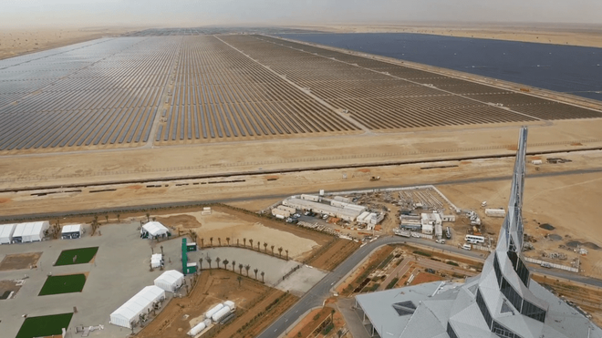 In the middle of the Dubai desert, people are about to complete the giant solar park that can shatter everything - Picture 1.