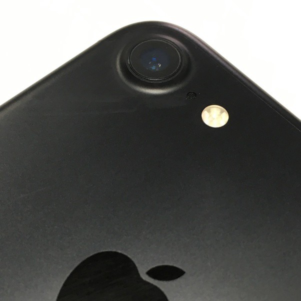 What is the nature of sapphire components on smartphone lenses? - Photo 1.
