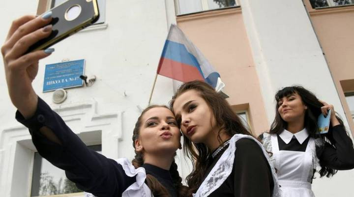 Russia may ban students from using the phone at school because of fear of neglect - Photo 1.