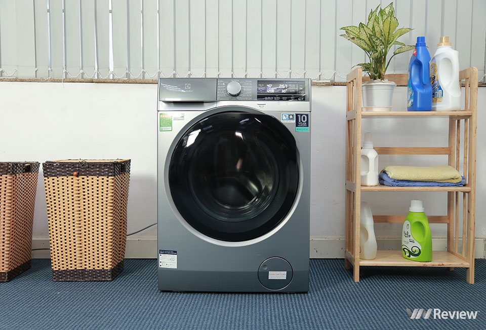 Washing machine evaluation Electrolux UltimateCare900 EWF1141AESA: what's inside the most advanced washing machine of Electrolux? - VnReview