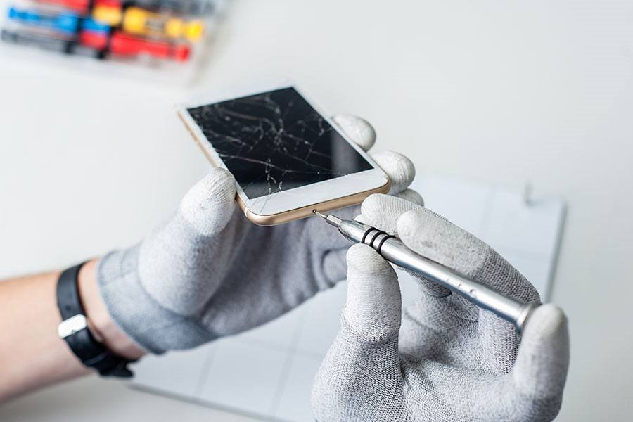 Apple will allow outside shops to repair iPhones / Apple will start to 'verify' third-party repair shops, which can make iPhone repairs easier / Apple will allow iPhone repairs at the shops outer row