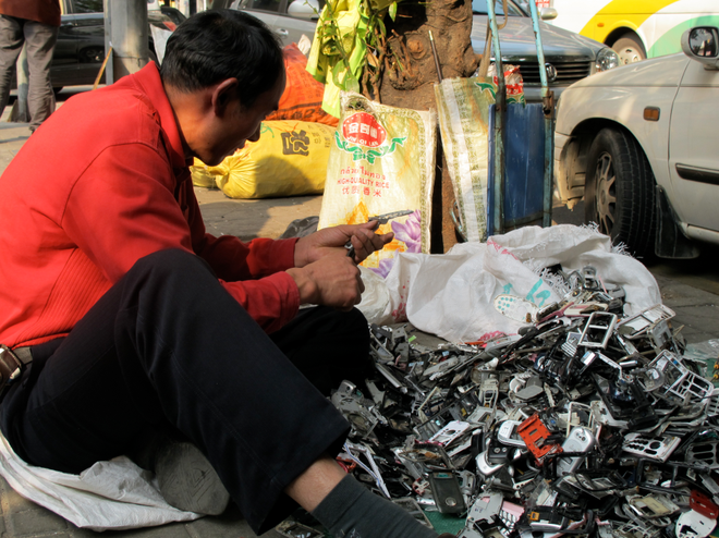 How to disintegrate smartphones to every detail at the sidewalk market market - Photo 1.