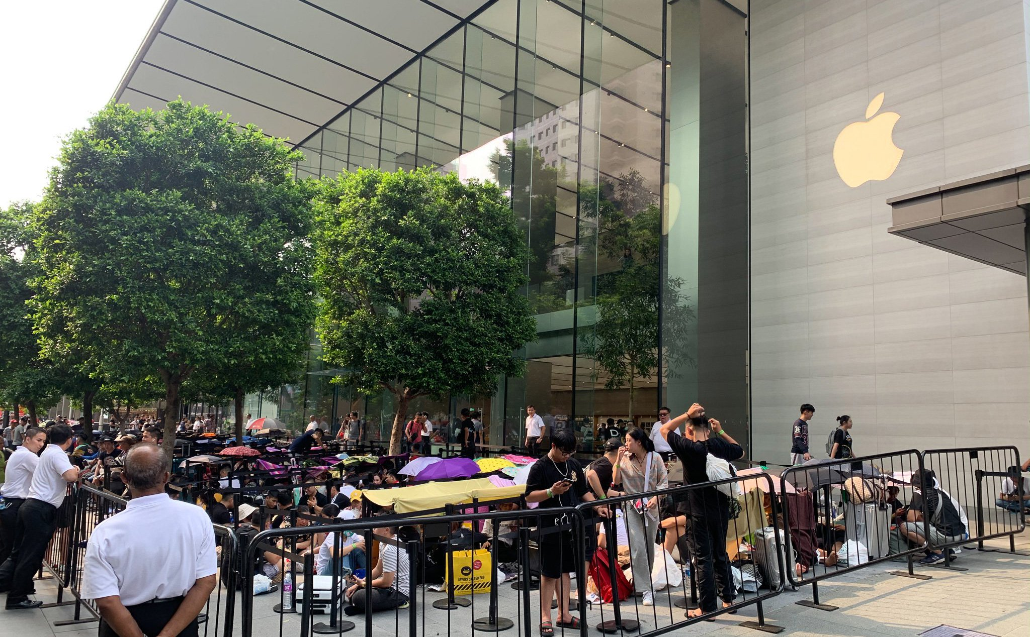 Few photos of the atmosphere outside the Apple Store in Singapore before the launch date