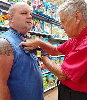 Mr. Hackler taught Kevin to tie a tie in a supermarket in Ohio, USA on September 23. Photo: Facebook / Sherri.