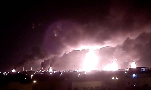 Fire smoke came from Aramco's factory in Abqaiq after the September 14 attack. Photo: Reuters.