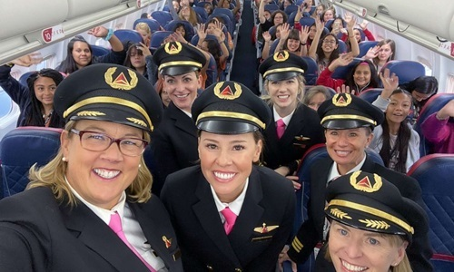 Crew with female guests on Delta Air Lines flight on 6/10. Photo: Delta.