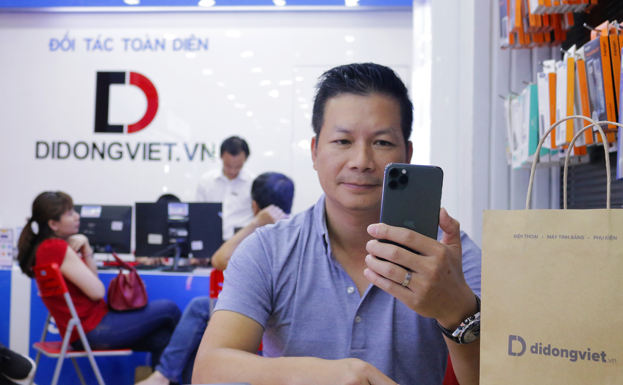 How Shark Hung and famous Vietnamese stars choose iPhone 11 Pro Max - VnReview