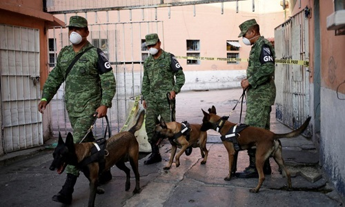 Officers use professional dogs to search for secret graves in Topo Chico prison, Nuevo Leon state, Mexico, on October 8. Photo: Reuters.