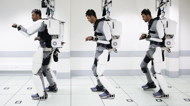 Thanks to the exoskeleton exoskeleton controlled by brainwaves, the man paralyzed from the shoulder down was able to walk - Photo 1.