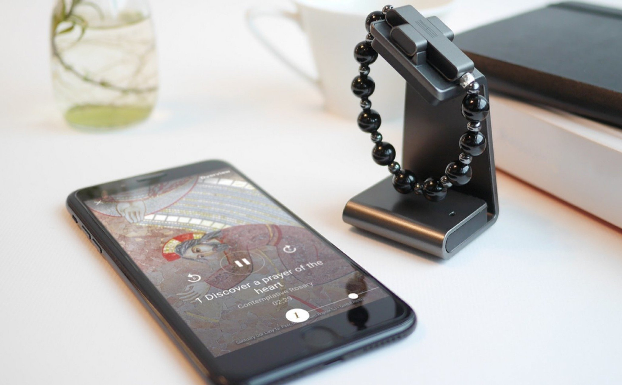 The Vatican launched a smart necklace: making a sign to activate, support a prayer, ...