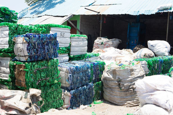 The project of turning plastic into a monetary unit, having just solved the garbage problem, created a source of life for countless poor people - Photo 1.