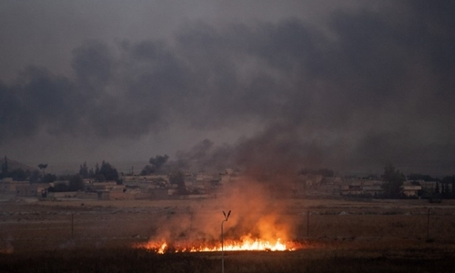 Fire, smoke rising from the town of Tal Abyad, Syria, where suffered the Turkish attack on 10/10. Photo: AFP.