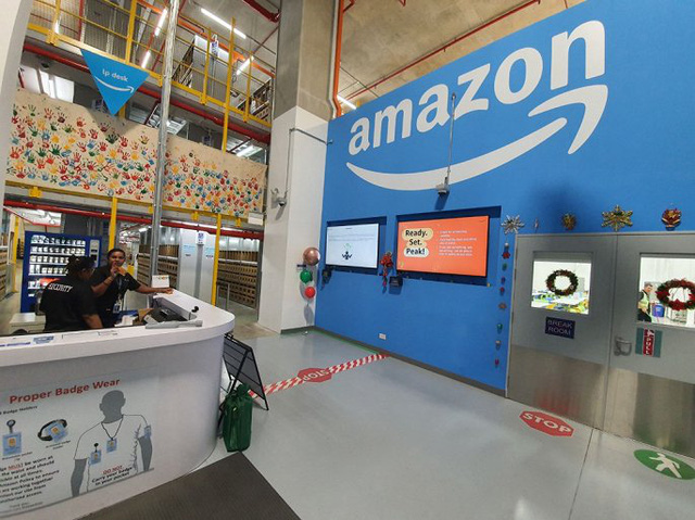 Breaking into the huge warehouse of Amazon on Black Friday - Photo 1.