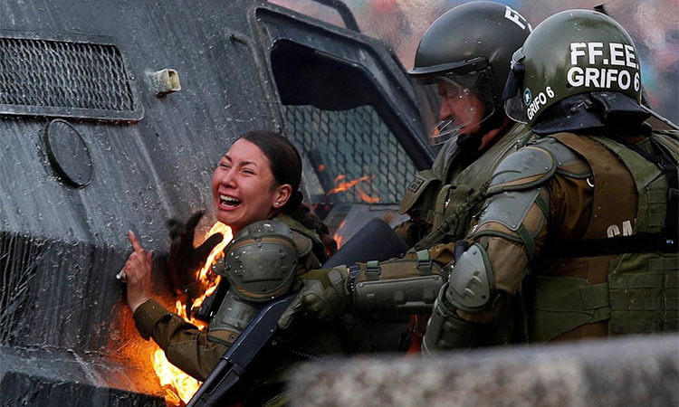 A Santiago policewoman was agonized by a gasoline bomb on November 4. Photo: Reuters.