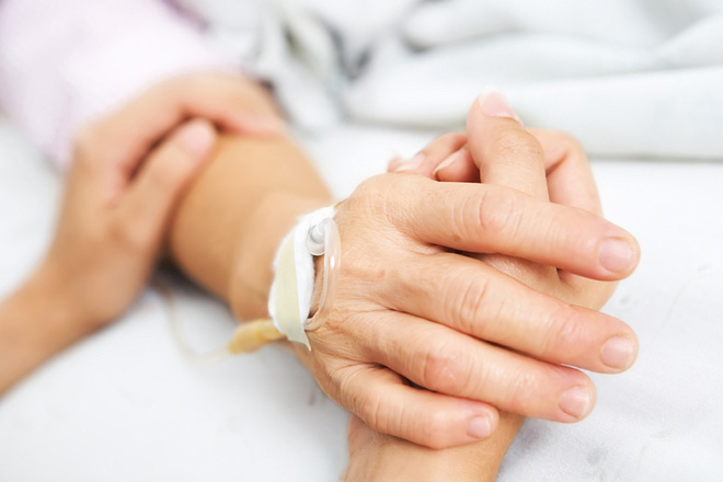Scientifically proven: Holding hands can share pain, that's when our brain waves are synchronized - Photo 1.