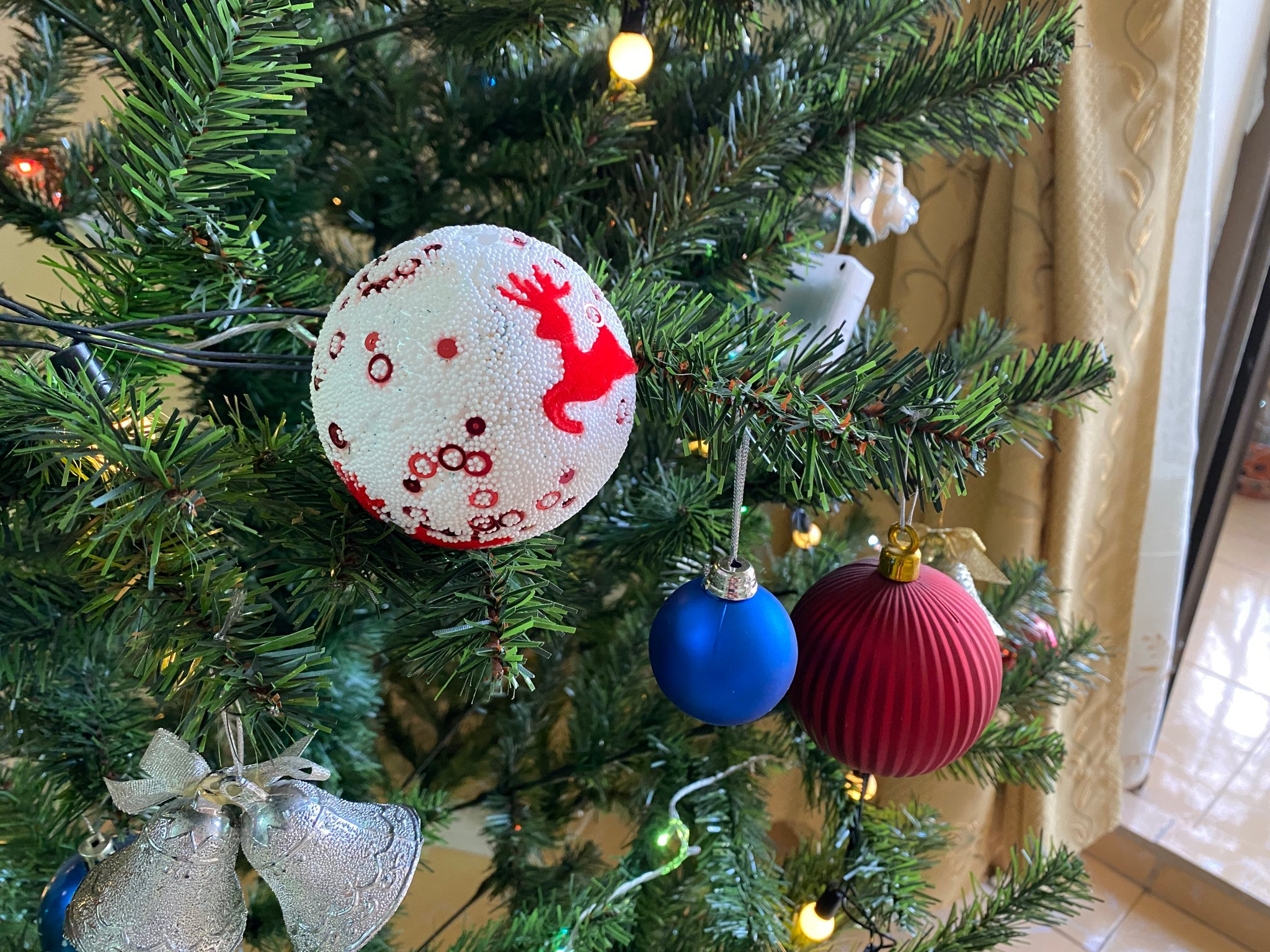 Invite brothers to show off Christmas tree photos