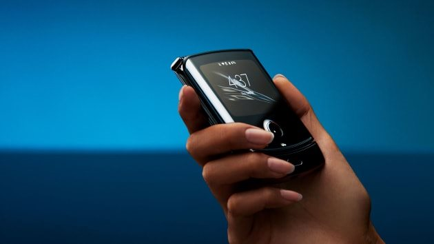 """Motorola revives the """"legendary Razr"""" with a folding screen, priced at $ 1,500"""