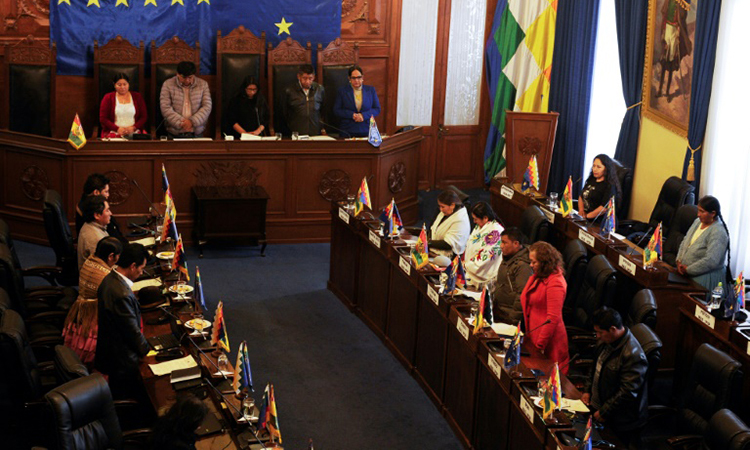 A minute of silence for the Bolivian senator during the meeting on 11/23. Photo: AFP.