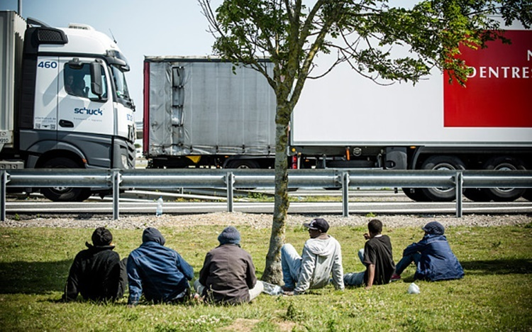Illegal immigrants wait for an opportunity to sneak into a truck trunk in Calais, France. Photo: Telegraph.