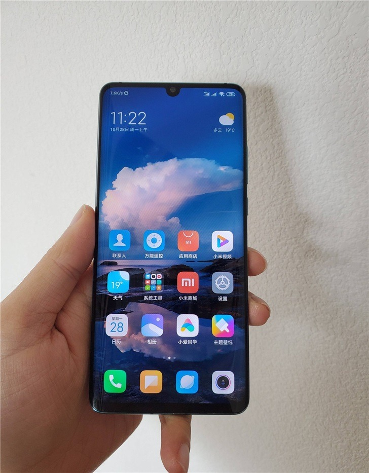Sforum - Xiaomi-CC9-Pro-real-image technology page Xiaomi Mi CC9 Pro appears on the hand with a curved edge-to-edge screen, a teardrop-shaped notch