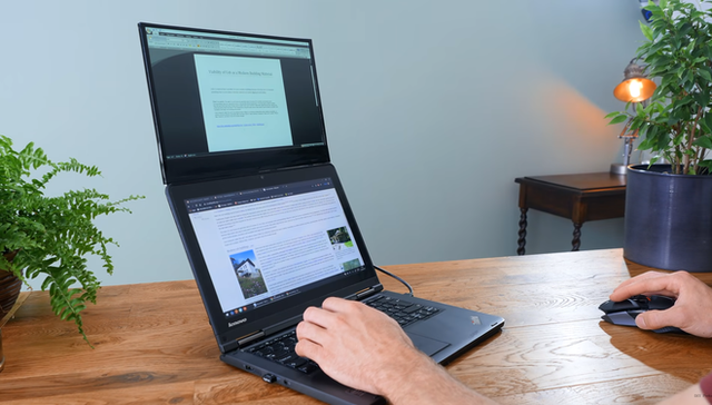 YouTuber invented a laptop with 2 extreme screens - Photo 1.
