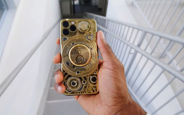 Smashing the world's most expensive iPhone case: 24-carat gold inlaid, with 137 diamonds, with Airpods Pro - Photo 2.