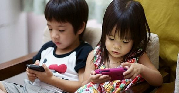 Smartphone addiction is becoming a real disease, 1 in 4 children have a photo - Picture 1.