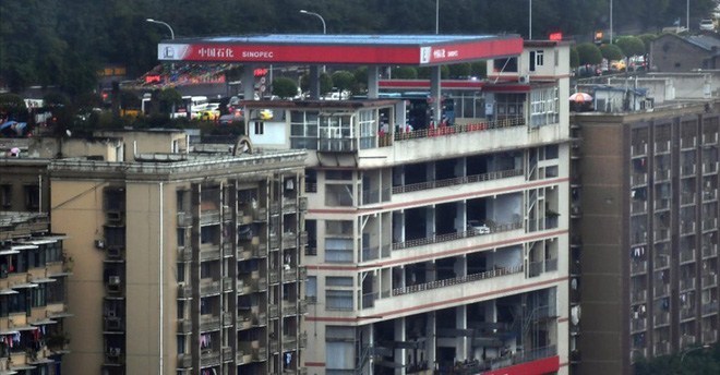 Strange building in China suddenly has both a rooftop gas station and a ground floor - Photo 1.