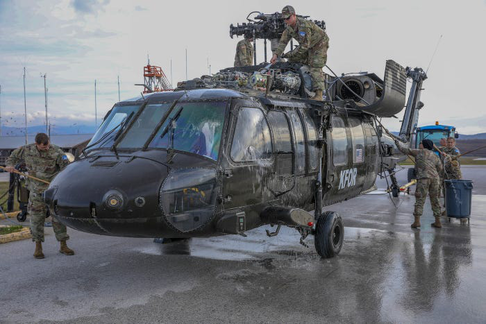 US soldiers dismounted Black Hawk helicopters to clean and reattach neatly, still flying well - Photo 1.