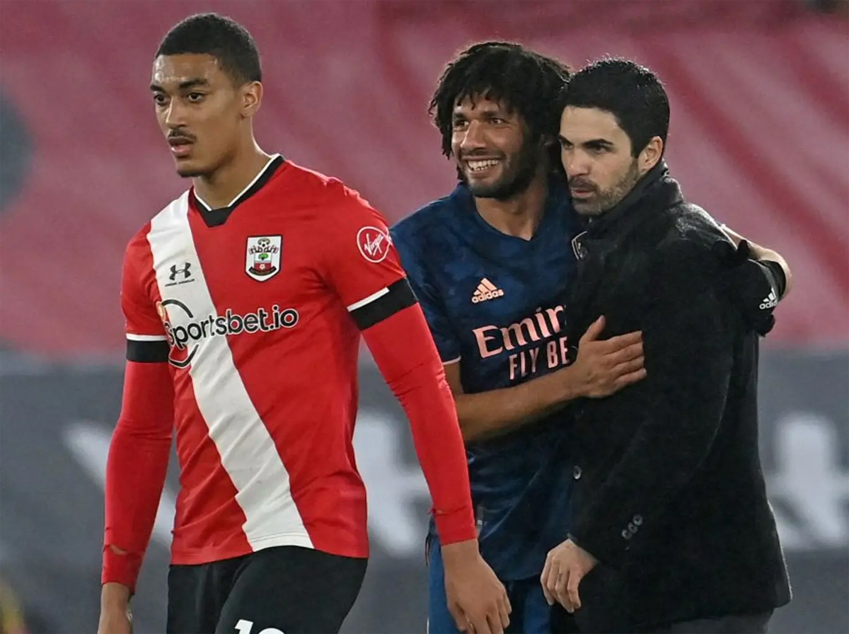 Elneny students shared their joy with Arteta after winning against Southampton.  Photo: AFP