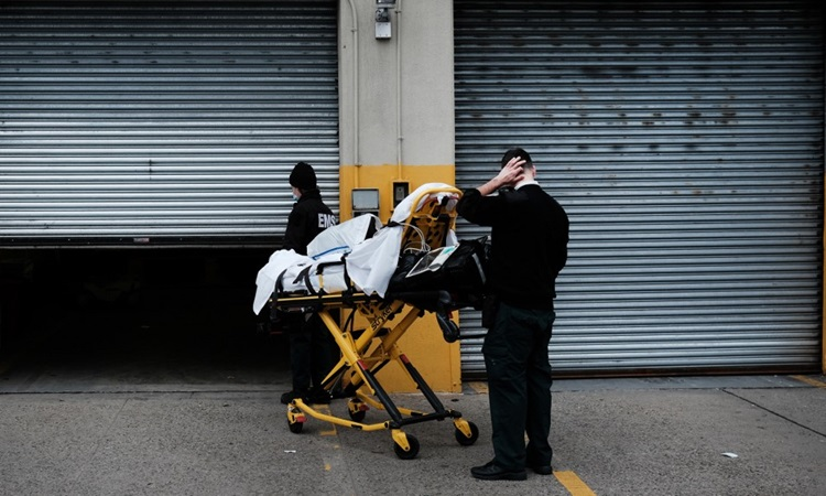 Medical staff moved patient Covid-19 to a hospital in Brooklyn, New York on January 27.  Photo: AFP.