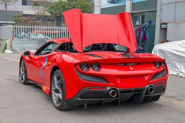The second Ferrari F8 Spider in Vietnam docked at the port, flawless