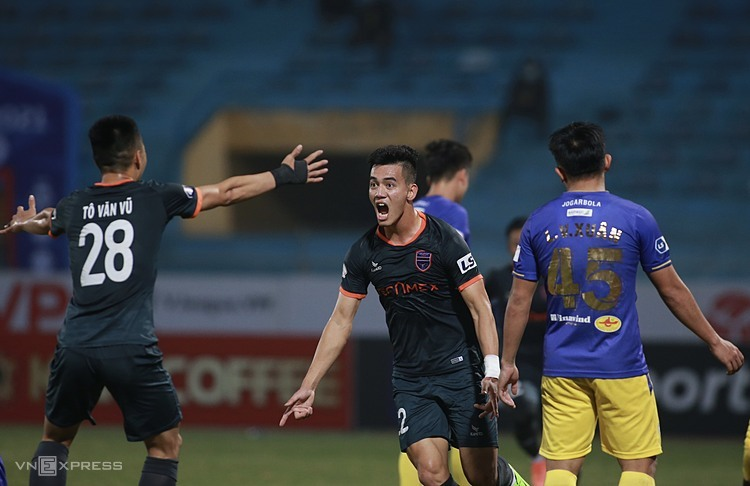 Tien Linh congratulated the goal against Hanoi, helping Binh Duong to win all three points at Hang Day Stadium.  Photo: Lam Tho.