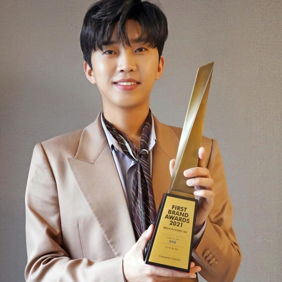 Youngwoong Lim, Shining Beauty in the Trophy Certification Shot at the First Brand Award