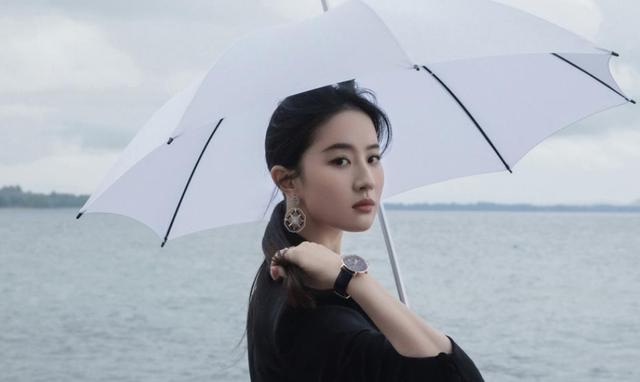 16 years ago, who noticed the little girl with an umbrella behind Liu Yifei, now it's a mess