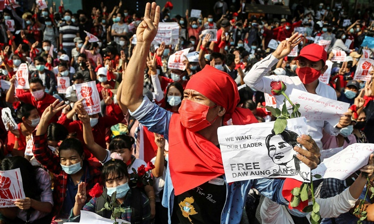 Crowds of protesters protested against the military coup in Yangon on February 7.  Photo: Reuters.