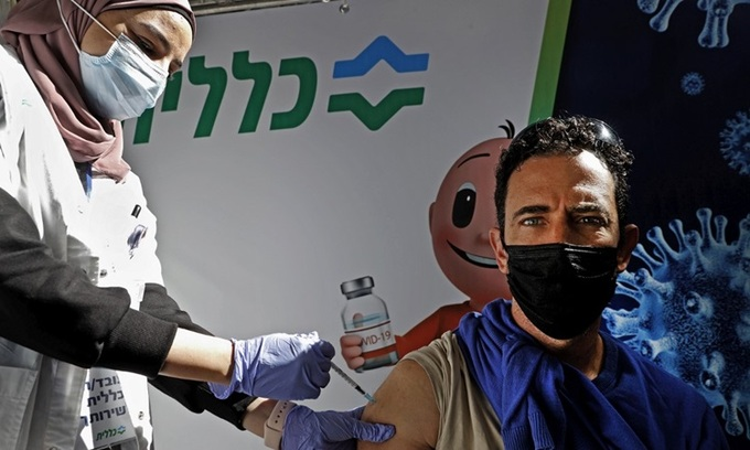 Medical staff vaccinated Covd-19 of Pfizer / BioNtech to people in Petah Tikva city, Israel on February 1.  Photo: AFP.