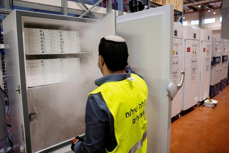 Staff opened the Pfizer / BioNTech vaccine cabinet in Israel in January.  Photo: Reuters.
