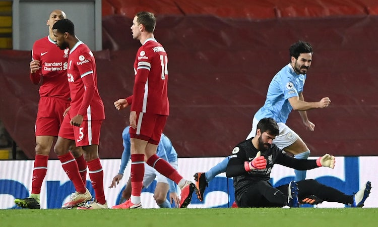 Alisson blamed himself after giving Man City a goal to increase the score to 2-1.  Photo: Reuters.