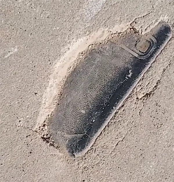 Lost his phone for 3 years, the young man suddenly found it buried under the cement road - Photo 1.