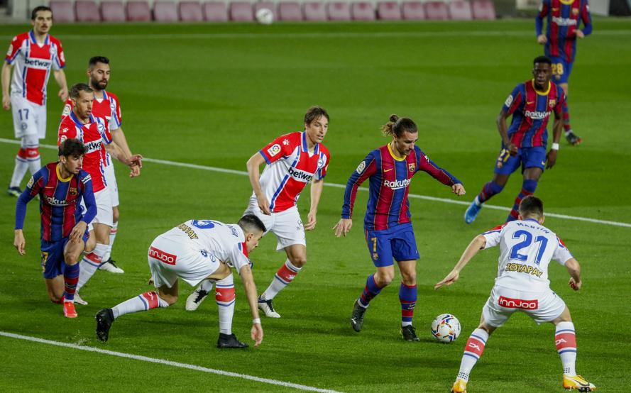 Alaves defense could not resist Barca's attack.  Photo: AP.