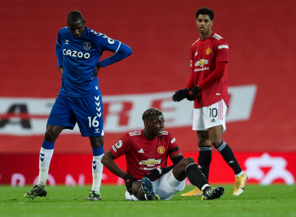 Pogba was injured and waited for a replacement in the 3-3 draw Everton on February 6.  Photo: Times