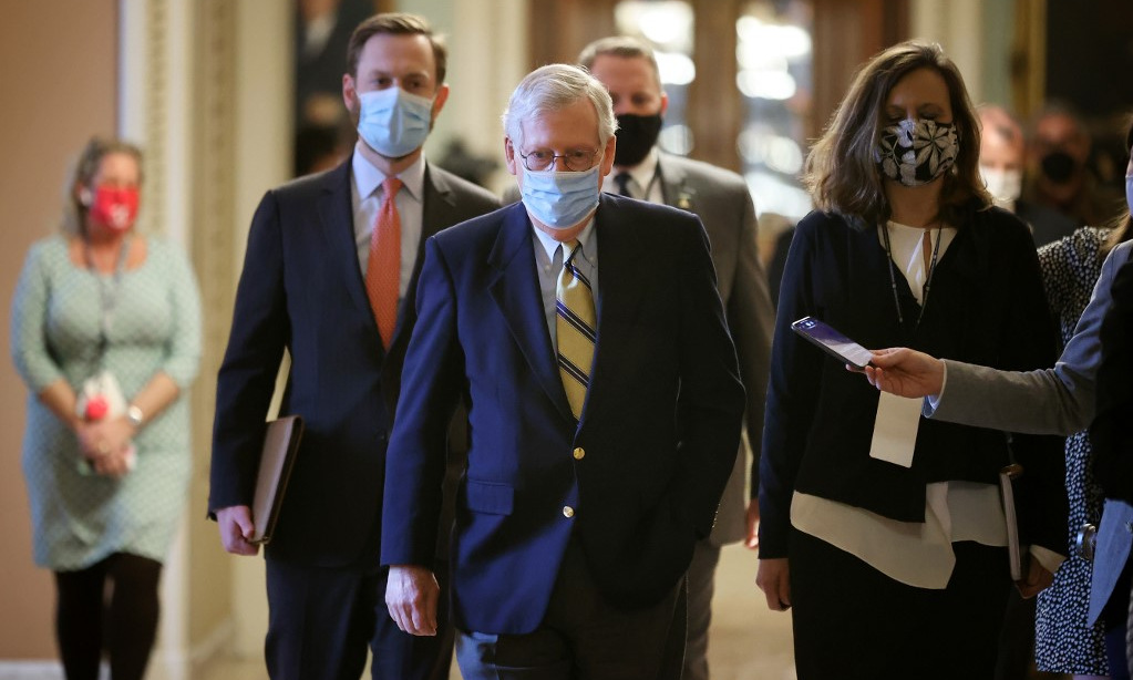 McConnell (center) returned to office after Monday's conviction vote.  Photo: AFP.